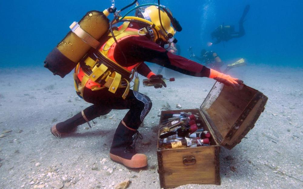 Vieillissement de bouteille sous l'eau avec plongeur