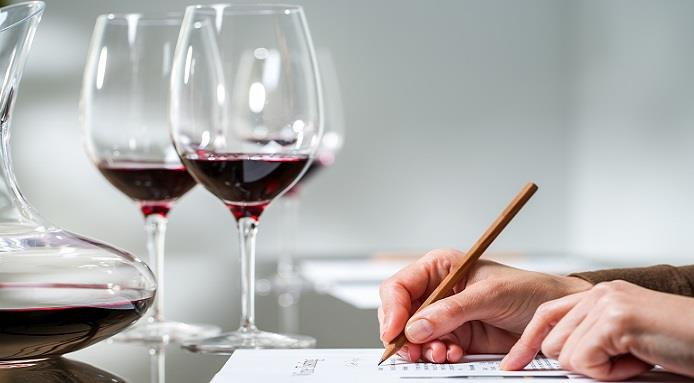 Personne remplissant une fiche de dégustation de vin