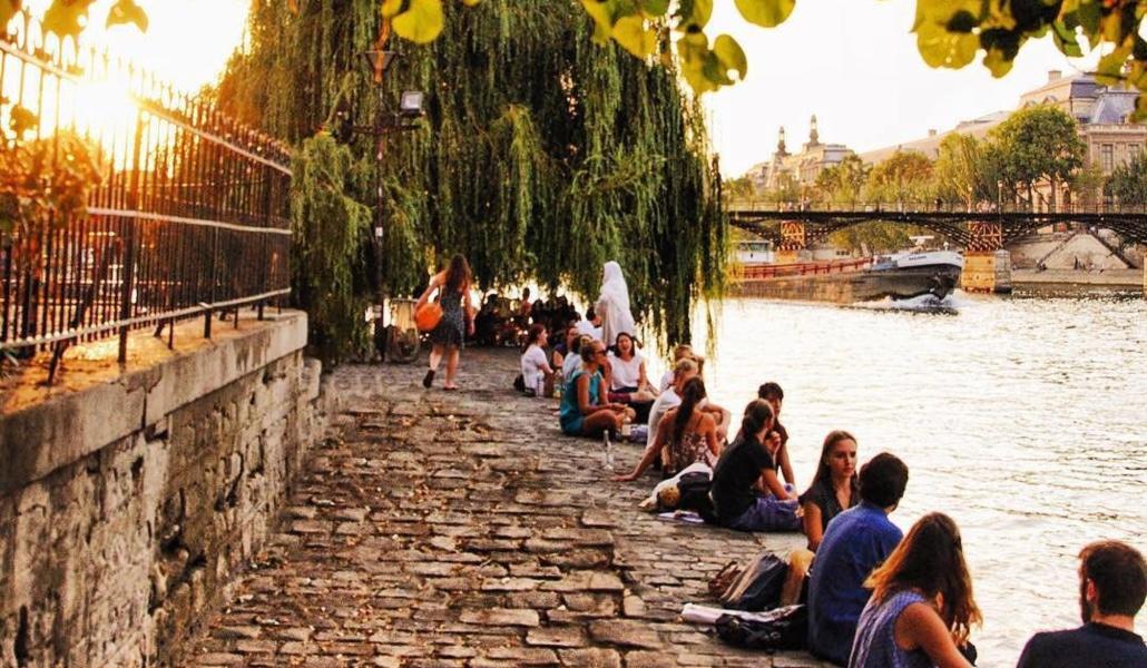 Un verre de vin sur les quais de Seine