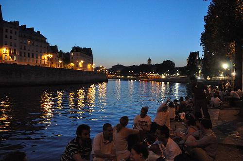 Un verre de vin rouge sur les quais de Seine à Paris