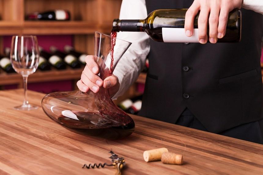 vin versé dans une carafe pour aération