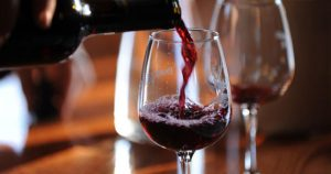 Service d'un verre de vin rouge