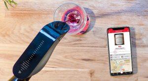verre de vin rouge servi avec l'aérateur connecté Aveine