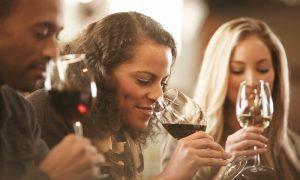 personne humant le vin avant de le goûter