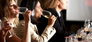 femmes goûtant différents vins