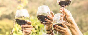 4 verres de vins tenus en l'air