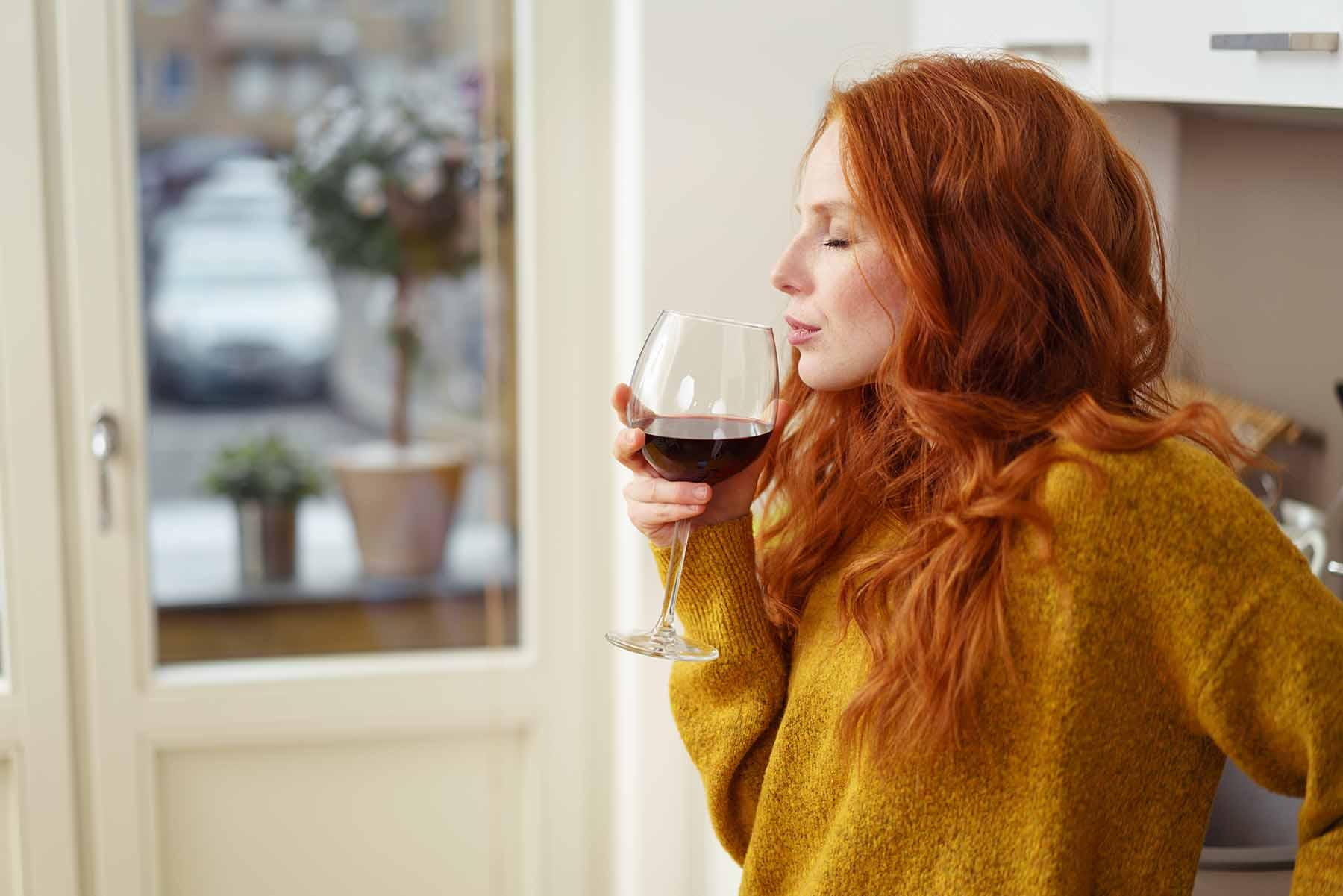 Femme buvant un verre AVEINE