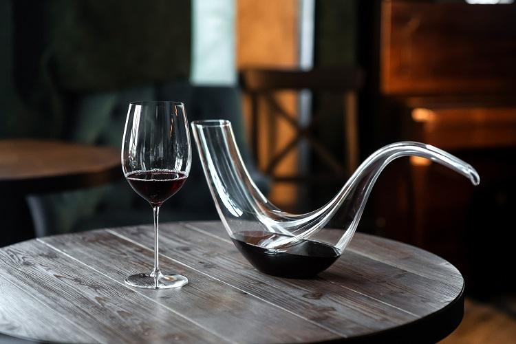 Carafe à vin allongée