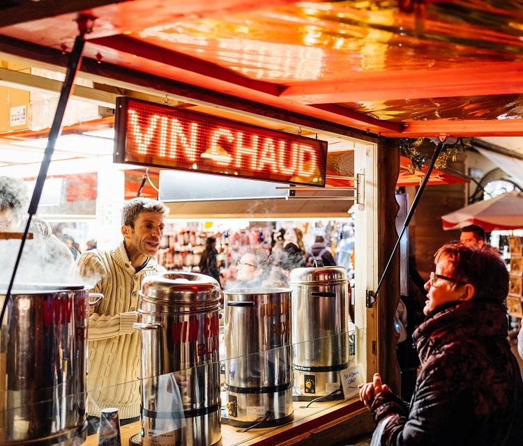Stand de vin chaud sur un marché de Noël