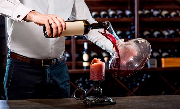 Using a carafe and a candle to decant wine