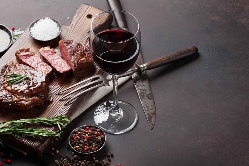 vin rouge et bœuf au barbecue